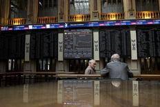 El Ibex-35 cerró el miércoles al alza, al igual que otros mercados europeos, tras el cambio de rumbo de la Reserva Federal al desvelar la víspera una nueva actitud de cautela a la hora de subir los tipos de interés. En la imagen, unos operadores en la Bolsa de Madrid, el 6 de julio de 2015.  REUTERS/Juan Medina