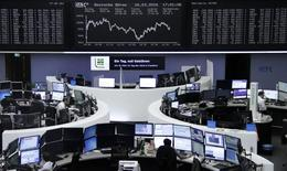 Las acciones europeas cerraron al alza el miércoles después de que la presidenta de la Reserva Federal, Janet Yellen, hiciera hincapié en ser cautelosos a la hora de elevar los tipos de interés en Estados Unidos. En la imagen, varios operadores financieros trabajan en la sede de la Bolsa de Fráncfort, en Alemania, el 16 de marzo de 2016.     REUTERS/Staff/Remote