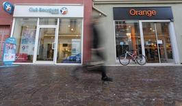 Bouygues et Orange n'ont pas encore trouvé d'accord sur le projet de rachat de Bouygues Telecom par Orange et les discussions se poursuivront au-delà de la date butoir initialement fixée au 31 mars, selon deux sources proches du dossier. /Photo prise le 5 janvier 2016/REUTERS/Vincent Kessler