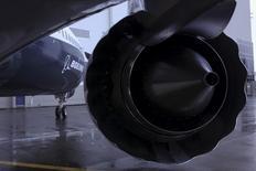 Boeing prévoit de supprimer jusqu'à 8.000 postes cette année dans ses activités d'avions de ligne, a-t-on appris mercredi de deux sources proches de la situation, une mesure qui pourrait permettre au groupe de réduire ses coûts d'un milliard de dollars (880 millions d'euros). Selon l'avionneur américain, le chiffre de 8.000 est hypothétique et le groupe ne s'est fixé aucun objectif chiffré en terme de suppressions de postes. /Photo prise le 8 décembre 2015/REUTERS/Matt Mills McKnight
