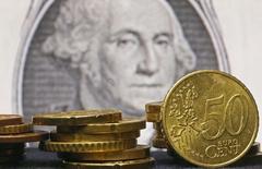 """Евроценты на фоне долларовой банкноты. Инвесторы сторонились доллара утром в четверг, поскольку """"голубиные"""" комментарии главы Федрезерва США Джанет Йеллен продолжили оказывать влияние, ослабляя спрос на американскую валюту. REUTERS/Dado Ruvic"""