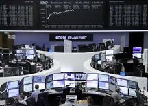 Operadores trabajando en la Bolsa de Fráncfort, Alemania, 30 de marzo de 2016. Las bolsas europeas caían el jueves, alejándose de las sólidas ganancias de la sesión previa tras los comentarios cautelosos de la presidenta de la Reserva Federal de Estados Unidos, y las acciones de las operadoras de telecomunicaciones francesas exhibían los peores desempeños. REUTERS/Staff/Remote