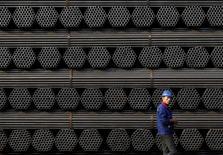 Imagen de archivo de un trabajador pasando junto a tubos de acero en la planta Youfa de Tangshan, en la provincia china de Hebei. 3 noviembre 2015. Hebei, la principal provincia productora de acero de China, ordenó a los gobiernos locales que intensifiquen sus esfuerzos para reestructurar el sector y que reduzcan la sobrecapacidad, al tiempo que animará también a las fundiciones a impulsar las exportaciones, según un documento publicado esta semana. REUTERS/Kim Kyung-Hoon