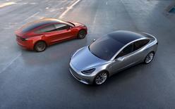 Tesla Motors a présenté jeudi son nouveau modèle de voiture électrique, la Tesla Model 3, en annonçant que plus de 130.000 personnes l'avaient déjà commandée, plus d'un an avant sa sortie. La voiture dotée d'une autonomie d'au moins 215 miles (346 kilomètres) sera produite en 2017 à un prix sans option de 35.000 dollars. /Photo prise le 31 mars 2016/REUTERS/Tesla Motors/Handout