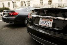 Автомобиль BMW 740i (слева), припаркованный рядом с седаном Tesla S в Вашингтоне 15 марта 2016 года. Tesla Motors в четверг провела презентацию своего нового электромобиля Model 3 стартовой ценой $35.000. Количество предварительных заказов уже превысило 130.000, хотя до начала продаж остается больше года. REUTERS/Gary Cameron