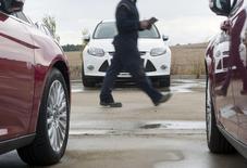 Las ventas de coches nuevos en España bajaron en marzo en términos interanuales por primera vez en 30 meses, una caída que la patronal del sector atribuyó al efecto estacional a causa de los días festivos de Semana Santa. En la imagen de archivo, un trabajador comprueba coches nuevos en un concesionario de ford en Burgos, el 2 de noviembre de 2011. REUTERS/Félix Ordóñez