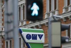 Логотип OMV на здании в Вене. Газпром и австрийская OMV подписали второе соглашение к сделке по обмену активами, определив их для обмена со стороны OMV, но не назвав их, сообщил Газпром в пятницу. REUTERS/Heinz-Peter Bader