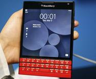 BlackBerry fait état vendredi d'une perte nette de 238 millions de dollars (209,6 millions d'euros) au quatrième trimestre en raison notamment de coûts liés à sa restructuration et à des acquisitions. /Photo d'archives/REUTERS/Gustau Nacarino
