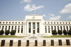El edificio de la Reserva Federal de Estados Unidos, en Washington. 1 de septiembre de  2015. Los operadores de los futuros de las tasas de interés a corto plazo impulsaron sus apuestas en favor de un adelanto de las alzas de tipos este año por parte de la Reserva Federal, tras un reporte oficial que mostró que los salarios aumentaron en marzo y más estadounidenses se reintegraron a la fuerza laboral. REUTERS/Kevin Lamarque