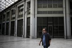 Un hombre camina por una galería en Atenas donde todos los locales comerciales han sido cerrados desde la crisis financiera de Grecia. Foto de archivo. REUTERS/Alkis Konstantinidis Grecia pidió el sábado explicaciones al Fondo Monetario Internacional luego de la transcripción de una conferencia telefónica filtrada al público que sugirió que el FMI podría amenazar con dejar el programa de rescate al país como táctica para forzar a los acreedores europeos de Atenas a ofrecer más alivio de su deuda.