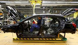 Los precios de producción de la eurozona cayeron más de lo esperado en febrero y el ritmo de su caída mensual aumentó, sin incluir los volátiles precios de la energía, según mostraron el lunes datos de Eurostat, la oficina estadística de la Unión Europea. Imagen de un trabajador de Mercedes Benz en Alemania trabajando en el interior de un modelo GLA en su fábrica en Rastatt, Alemania, en esta imagen tomada el 22 de enero de 2016.    REUTERS/Kai Pfaffenbach/Files