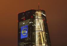 La confianza en la zona euro subió en abril por primera vez este año, pero no se benefició mucho de una estabilización en la economía global ni de los estímulos del Banco Central Europeo, según el resultado de una encuesta difundida el lunes. En esta imagen de archivo, la sede del BCE en Fráncfort, el 12 de marzo de 2016. REUTERS/Kai Pfaffenbach