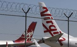 La compagnie aérienne américaine Alaska Air annonce lundi un projet d'acquisition de Virgin America pour 2,6 milliards de dollars (2,3 milliards d'euros) afin de renforcer sa présence sur la côte ouest des Etats-Unis. /Photo d'archives/REUTERS/Daniel Munoz