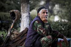 Армянский доброволец в городе Аскеран, недалеко от места боев с азербайджанскими войсками, происходящих в районе контролируемого сепаратистами Нагорного Карабаха 2 апреля 2016 года. Франция сообщила, что ждет переговоров о прекращении кровопролития из-за Карабаха во вторник. REUTERS/Hrayr Badalyan/PAN Photo