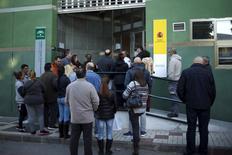 En la imagen un grupo de personas espera para entrar en una oficina de empleo en Málaga el  2 de marzo de 2016. El número de personas registradas como desempleadas en España cayó un 1,4 por ciento en marzo respecto al mes anterior, o en 58,216, lo que dejó a 4,09 millones de personas sin trabajo, mostraron el lunes datos del Ministerio de Trabajo. REUTERS/Jon Nazca
