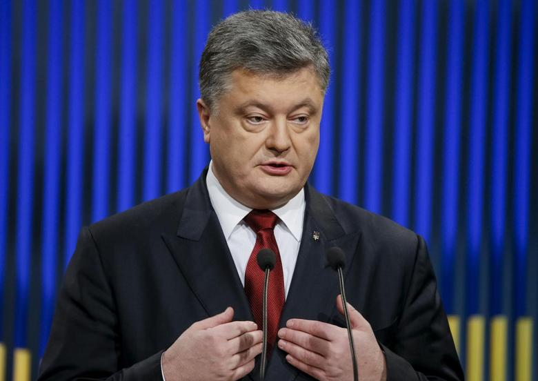 Ukrainian President Petro Poroshenko gestures during a news conference in Kiev, Ukraine, January 14, 2016. Picture taken January 14, 2016. REUTERS/Gleb Garanich/Files