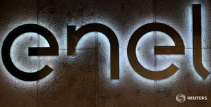 Логотип итальянской Enel  на штаб-квартире компании в Риме 24 марта 2016 года. Итальянский энергоконцерн Enel, владеющий в России генерирующей компанией, может продать одну из элекстростанций, но говорит, что уходить из России не собирается. Однако источники в отрасли сказали, что компания ищет покупателей и на другие активы. REUTERS/Stefano Rellandini