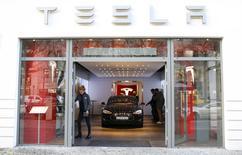 Tesla Motors a dit lundi qu'une pénurie de pièces détachées en janvier et en février avait entravé la production et les ventes de véhicules électriques au premier trimestre mais le constructeur compte toujours construire de 80.000 à 90.000 véhicules cette année. Au premier trimestre, Tesla a livré 14.820 véhicules alors qu'il escomptait 16.000 véhicules. /Photo d'archives/REUTERS/Hannibal Hanschke