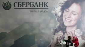 Дети в отделении Сбербанка в Ставрополе. 22 октября 2014 года. Сбербанк рассчитывает закрыть сделку с Газпромбанком в рамках реструктуризации долгов горно-металлургической группы Мечел в апреле, сказал во вторник первый зампред Сбербанка Максим Полетаев. REUTERS/Eduard Korniyenko