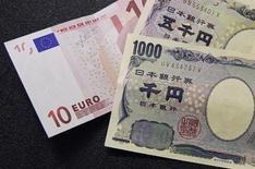 Plus la Banque centrale européenne (BCE) et la Banque du Japon (BoJ) cherchent à faire baisser leur devise respective, moins elles semblent y parvenir, en dépit de mesures d'assouplissement monétaire toujours plus audacieuses. /Photo d'archives/REUTERS/François Lenoir