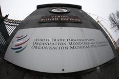 El logo de la Organización Mundial de Comercio (OMC) en la entrada de su sede en Ginebra. 9 de abril de 2013. Brasil presentó dos quejas ante la Organización Mundial de Comercio (OMC) para protestar contra Indonesia por sus restricciones sobre la carne bovina del país sudamericano y contra Tailandia por el respaldo que da a su sector azucarero, dijo la entidad el martes. REUTERS/Ruben Sprich