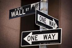 Las acciones estadounidenses operaban con bajadas el martes tras la apertura de sesión, lastradas por la incertidumbre sobre la senda que tomará la Reserva Federal en cuanto a sus tipos de interés. En la imagen, la señal de la calle Wall St cerca de la Bolsa de Nueva York, en Manhattan, el 24 de agosto 2015.  REUTERS/Lucas Jackson