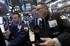 Wall Street a ouvert en baisse mardi, prolongeant la tendance de la veille, les investisseurs semblant observer un temps d'arrêt après un rally qui, depuis la mi-février, a permis aux indices de récupérer de la tourmente qui les avait secoués en début d'année. Quelques minutes après l'ouverture, l'indice Dow Jones perd 0,6%, le Standard & Poor's 500 cède 0,7% et le Nasdaq Composite laisse 0,8%. /Photo prise le 4 avril 2016/REUTERS/Brendan McDermid