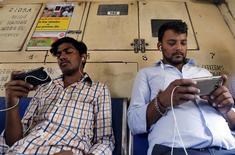 """Les productions filmiques de Bollywood sont suivies par des millions de fans, sans que cela vienne pour autant alimenter les recettes de la première industrie cinématographique mondiale. L'industrie cinématographique espère qu'un contenu correct et bon marché pour un film vu en """"streaming"""" sur un téléphone mobile, à la faveur du déploiement prochain des réseaux 4G, découragera le piratage. /Photo prise le 2 avril 2061/REUTERS/Shailesh Andrade"""