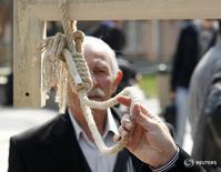 Мужчина  держит в руках веревку на акции в поддержку смертной казни в Анкаре 29 марта 2011 года. Число смертных казней в 2015 году было самым высоким с 1990 года, и почти 90 процентов пришлись на три страны - Иран, Саудовскую Аравию и Пакистан, сообщила правозащитная организация Amnesty International. REUTERS/Umit Bektas