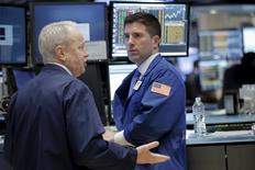 Operadores trabajando en la Bolsa de Nueva York. 5 de abril de 2016. Las acciones subían el miércoles en la bolsa de Nueva York, mientras los inversores aguardaban para más tarde en el día la publicación de las minutas sobre la última reunión de la Reserva Federal, en busca de más indicios sobre la estrategia de la política monetaria del banco central estadounidense. REUTERS/Brendan McDermid