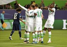 Jogadores do Wolfsburg comemoram gol marcado contra o Real Madrid pela Liga dos Campeões. 06/04/2016 REUTERS/Fabian Bimmer