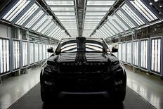 Les ventes mondiales de Jaguar Land Rover, la filiale de voitures de luxe du groupe indien Tata Motors, ont augmenté de 13% sur l'exercice clos le 31 mars, grâce à une forte demande pour ses nouvelles berlines Jaguar XE et XF ainsi que pour le SUV Discovery Sport de Land Rover. /Photo d'archives/REUTERS/Aly Song