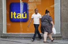 Una sucursal de Itaú Unibanco, el mayor banco del sector privado de Brasil, en Río de Janeiro, ene 29, 2014. Itaú Unibanco  está interesado en los activos que venderá Citigroup en Latinoamérica, dijo el jueves el vicepresidente de la entidad brasileña para la región.   REUTERS/Sergio Moraes