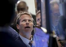 Operadores trabajando en la bolsa de Wall Street en Nueva York, abr 5, 2016. Si 2015 fue un año soñado para los principales negociadores, el 2016 está empezando a tomar un rumbo de pesadilla.  REUTERS/Brendan McDermid
