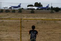 Foto de archivo de dos aviones de LAN en el aeropuerto de Santiago. Abr 7, 2016. El tráfico de pasajeros de LATAM Airlines, el mayor grupo de  transporte aéreo de América Latina, subió un 4,0 por ciento interanual en el primer trimestre, apoyado en sus operaciones  internacionales y de habla hispana en contraste con la baja anotada en Brasil. REUTERS/Ivan Alvarado