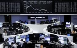 Las bolsas europeas subían en las primeras operaciones del viernes gracias a que unos precios más firmes de los metales y el petróleo impulsaban a los títulos relacionados con materias primas, aunque un índice paneuropeo se encaminaba a su cuarta semana consecutiva de pérdidas.   En la imagen, unos operadores en la bolsa de Fráncfort, el 7 de abril de 2016.  REUTERS/Staff/Remote