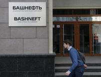 Мужчина проходит мимо офиса Башнефти в Москве 20 марта 2016 года. Башкортостан не планирует продавать свою долю в рамках приватизации Башнефти, сказал Рейтер глава республики. REUTERS/Maxim Zmeyev