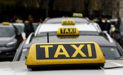 Такси, припаркованные в Вене.  Uber Technologies Inc согласился на сделку объемом $25 миллионов для урегулирования претензий в Калифорнии, где разработчик приложения для заказа такси обвинялся в том, что вводил клиентов в заблуждение относительно надежности проверок своих водителей, сообщили прокуроры в Лос-Анджелесе и Сан-Франциско в четверг. REUTERS/Leonhard Foeger