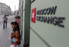 Здание фондовой биржи в Москве. Преодоление котировками Brent психологически значимой цены в $40 за баррель вернуло в пятницу спрос на российский рынок акций, а возглавили повышение самые ликвидные бумаги.REUTERS/Maxim Shemetov