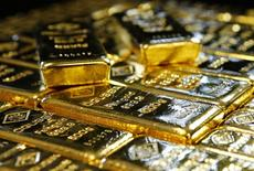 Слитки золоат на заводе Oegussa в Вене 18 марта 2016 года. Цены на золото снижаются в пятницу, так как восстановление фондовых рынков побудило инвесторов зафиксировать прибыль после вчерашнего роста цен, но рынок золота все равно готовится закончить неделю ростом, так как ФРС по-прежнему демонстрирует осторожность в повышении ставок. REUTERS/Leonhard Foeger