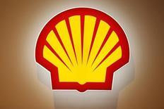 Логотип Shell на Всемирной газовой конференции в Париже  2 июня 2015 года.  Акционеры Royal Dutch Shell призывают компанию сократить годовые расходы до уровня ниже $30 миллиардов после покупки BG Group, чтобы иметь возможность продолжать выплачивать дивиденды в условиях медленной стабилизации цен на нефть. REUTERS/Benoit Tessier