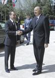 Премьер-министр России Дмитрий Медведев (слева) пожимает руку президенту Азербайджана Ильхаму Алиеву в Баку 8 апреля 2016 года. Медведев прибыл в Баку из Еревана, продолжая усилия России перехватить у Запада инициативу в замирении соседей. REUTERS/Sputnik/Pool