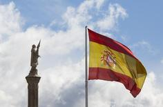"""DBRS confirmó el viernes el rating A (low) de la deuda soberana española y modificó la tendencia a """"estable""""  desde """"positivo"""". En la imagen, una bandera de España junto a una estatua de Cristóbal Colón en el centro de Madrid, el 7 de marzo de 2016.  REUTERS/Paul Hanna"""