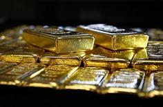 Lingotes de oro almacenados en la planta Oegussa en Viena, mar 18, 2016. El oro cayó el viernes debido a que la fortaleza de las acciones llevó a los inversores a tomar algunas ganancias del día previo, pero logró su mayor alza semanal en cinco semanas luego de que la Reserva Federal continuara cauta sobre alzas de tasas de interés en Estados Unidos.    REUTERS/Leonhard Foeger