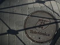 La filial de la española Telefónica en Venezuela dijo el viernes que suspenderá su servicio de larga distancia internacional, cuyas tarifas no ha podido subir en medio una alta inflación y una escasez de divisas.. En la imagen, el logo del grupo español en una tapa en el suelo de Madrid en marzo de 2016. REUTERS/Sergio Perez - RTSB1ZS