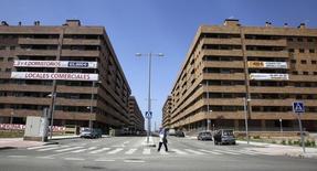 El precio medio de la vivienda en España sigue en recuperación y registró en marzo una subida del 0,8 por ciento interanual, según datos publicados el lunes por la tasadora Tinsa que confirman la progresiva normalización en el sector. En la imagen, edificios vacíos con apartamentos y ofinas en venta en la localidad de Seseña, Toledo, el 11 de mayo de 2012. REUTERS/Paul Hanna
