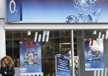 """La Autoridad de Mercados y Competencia de Reino Unido (CMA, por sus siglas en inglés), ha expresado serias preocupaciones acerca de la propuesta de fusión entre Hutchison 3G UK y Telefónica UK e instó a la Comisión Europea a que impida """"daños a largo plazo"""" en el mercado de telecomunicaciones móviles de Reino Unido.  En la imagen de archivo, una mujer habla por su teléfono móvil en una tienda de telefonía O2 en Loughborough, Inglaterra, el 11 de abril de 2015. REUTERS/Darren Staples"""