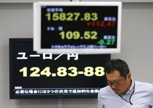 El secretario general de la Organización para la Cooperación y el Desarrollo desaconsejó a Japón recurrir a intervenciones en los mercados cambiarios para debilitar el yen mientras que los inversores apuesten por la divisa japonesa como moneda de refugio. En la imagen, un empleado de una firma de divisas junto a una pantalla electrónica que muestra el índice Nikkei (arriba), el tipo de cambio del yen frente al dólar, y el euro (abajo) en una sala de contratación de Tokio, Japón, 7 de abril de 2016. REUTERS/Issei Kato