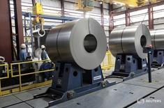 Прокатная сталь на сталелитейном заводе Северстали в Мичигане. Один из крупнейших производителей стали в России Северсталь снизила продажи в первом квартале 2016 года по сравнению с четвертым кварталом 2015 года на 7 процентов до 2,45 миллиона тонн из-за сезонного спада потребления стали на внутреннем рынке, сообщила компания во вторник. REUTERS/Rebecca Cook