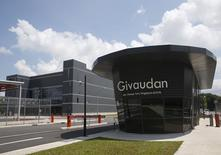 Le suisse Givaudan, premier producteur mondial de parfums et d'arômes, a confirmé ses objectifs à moyen terme et fait état de ventes au premier trimestre conformes aux attentes des analystes. Le chiffre d'affaires du groupe genevois durant les trois premiers mois de 2016 a augmenté de 5,6% à 1,15 milliard de francs (1,06 milliard d'euros). /Photo prise le 7 janvier 2016/REUTERS/Edgar Su